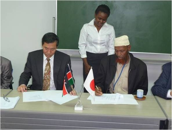 Ambassador and Sheikh Abdille signing Contract