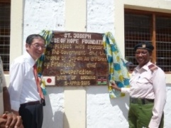 Ambassador Terada and Assistant County Commissioner, Ms. Selina Meitha unveiling the plaque.
