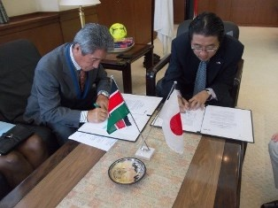 Grant Contract signing by Mr. Mori (right) and Mr. Toshiyuki Yano, the Chairman of Ushirika International (left)