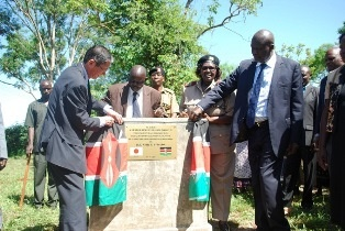 H.E. Tatsushi Terada and H.E.Cornel Rasanga unveiling the plaque