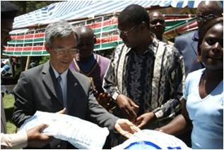 Amb.Iwatani donates 3,000 Olyset nets to the people of Bungoma