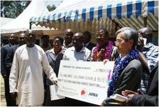 Amb. Iwatani hands over a dummy cheque to the school commitee