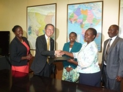 Ambassador Terada and Ms. Emily Ngetich shaking hands.