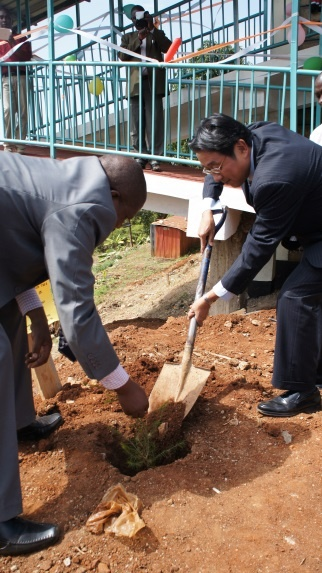 Minister Mori planting a tree to commemorate the occasion