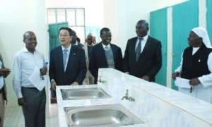 Minister Mori inspects the new toilets with the contractors, suppliers, and Principal