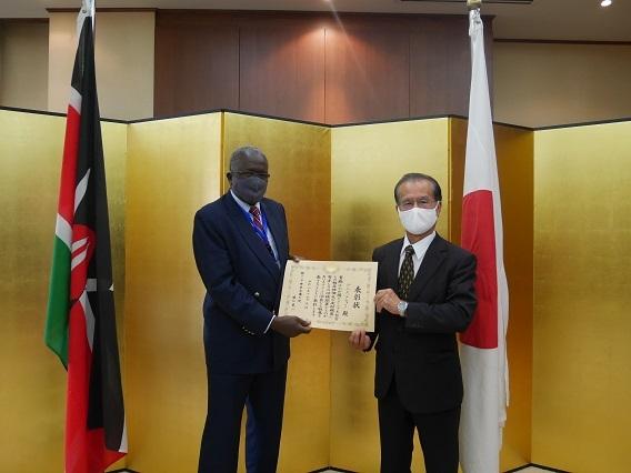 在外公館長表彰授章式の開催   在ケニア日本国大使館